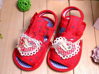 夏季给宝宝选凉鞋  易于穿脱是关键