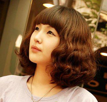 这款发型适合可爱的mm,方便面似的波浪加上可爱的齐刘海就是这款