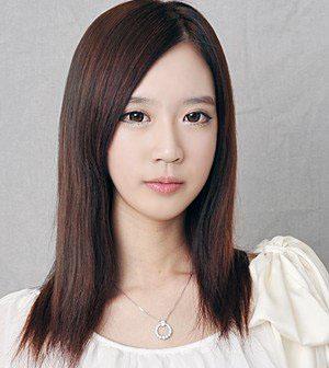 这款发型适合圆脸,瓜子脸和椭圆形脸的 mm.