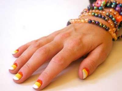 diy出属于自己的条纹指甲   撕去胶布   记住一定要等指甲油高清图片